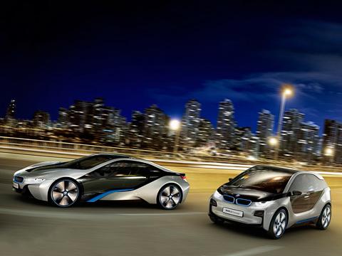 Bmw i3,Bmw i8. Автомобили BMW i3 и i8 — первые ласточки в новом экологичном модельном ряду компании BMW. Отрадно, что немцы стараются совместить броский и спортивный внешний вид машин с их природолюбивым характером. Пока обещание сдерживают, и концепты напоминают шоу-кары EfficientDynamics и Megacity соответственно.