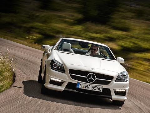 Mercedes slk amg. Красавцем слица неназовёшь иобычный Mercedes SLK, а«пятьдесят пятый» AMG выглядит спереди ещё более спорно. Благодаря новому бамперу сувеличенным воздухозаборником иего еле заметной нижней планкой теперь нос сфамильной звездой невероятных размеров выдаётся ещё больше.