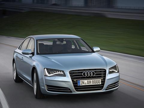 Audi a8,Audi a8 hybrid. Вместо 21-дюймовых катков сподобными лопастям турбины спицами, которыми хвастался сподиума концепт, серийному седану отрядили 18-дюймовые диски тогоже дизайна поумолчанию и19-дюймовые — опционально. Цвет окраски кузова почти такойже, ноназывается иначе— Arctic Silver.