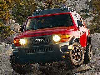 Toyota fj cruiser. Модификация Trail Teams богато оснащена опциями. Вавтомобиле есть бесключевой доступ, камера заднего вида, круиз-контроль, атакже розетки на12В и115В.