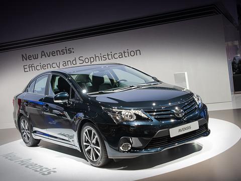 Toyota avensis. Европейским модификациям модели Toyota Avensis бензиновые моторы особо ненужны— подавляющее большинство покупателей выбирают машины сдизелем. Так вСтаром Свете делают70% людей, приобретающих автомобиль классаD.