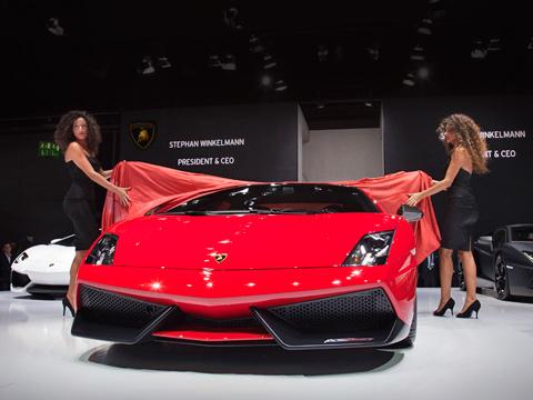 Lamborghini gallardo. Выставочный образец был окрашен вкрасный цвет Rosso Mars. Пожеланию клиента автомобиль можно заказать серым (Grigio Telesto) ибелым (Bianco Monocerus).