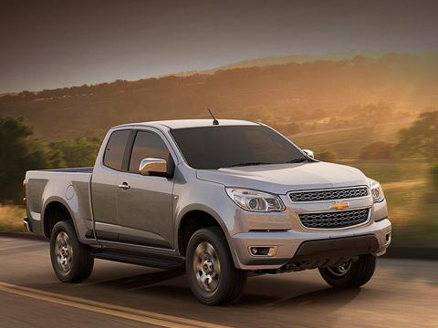 Chevrolet colorado. Новый Colorado оснастили ABS, трекшн-контролем, системой стабилизации, функцией контроля торможения в повороте, а также надувными подушками водителя и переднего пассажира.