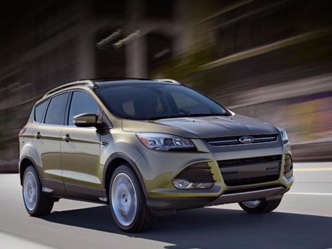 Ford escape,Ford kuga. Продажи кроссовера Ford Escape начнутся вСША весной 2012года. Тогдаже состоится премьера двойника Ford Kuga. Правда, уКуги будет иная моторная гамма, включающая турбодизели.