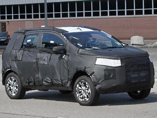 Ford fiesta,Ford ecosport. Шпионерам впервые удалось запечатлеть реальные прототипы будущего паркетника набазе Фиесты. Разглядеть под камуфляжем хоть какие-то детали пока сложновато.