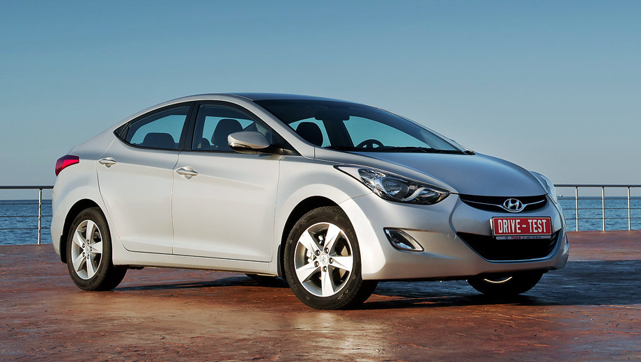 Hyundai elantra,Hyundai elantra_dt. Новая Elantra докатилась до России лишь спустя полтора года после мировой премьеры. У нас корейский седан доступен в четырёх комплектациях, с бензиновыми двигателями 1.6 и 1.8 и двумя типами коробок передач.