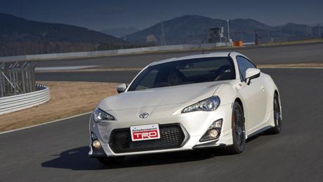 Toyota gt86,Toyota yaris,Toyota iq. Двухдверка Toyota GT86 от ателье TRD комплектуется стандартным для модели 200-сильным атмосферным мотором 2.0, оснащённым комбинированным впрыском топлива.