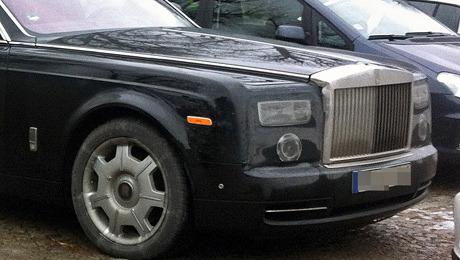 Rollsroyce phantom. Четырёхдверка Rolls-Royce Phantom получит подретушированную переднюю и заднюю оптику, изменённые бамперы.