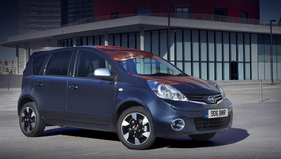 """Nissan note. Обновлённый компактвэн выделяется накладками под хром на зеркалах заднего вида и вокруг противотуманок. Также стоит обратить внимание на двухцветные колёсные диски диаметром 16"""" вместо прежних 15-дюймовых."""