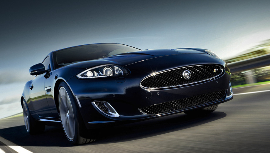Jaguar xk. На Туманном Альбионе закрытый Jaguar XK Artisan SE стоит 77 350 фунтов стерлингов (93 193 евро), а кабриолет — 82 500 (99 400). Для сравнения, базовые машины стоят 65 000 фунтов (78 314) и 71 000 (85 543 евро) соответственно.