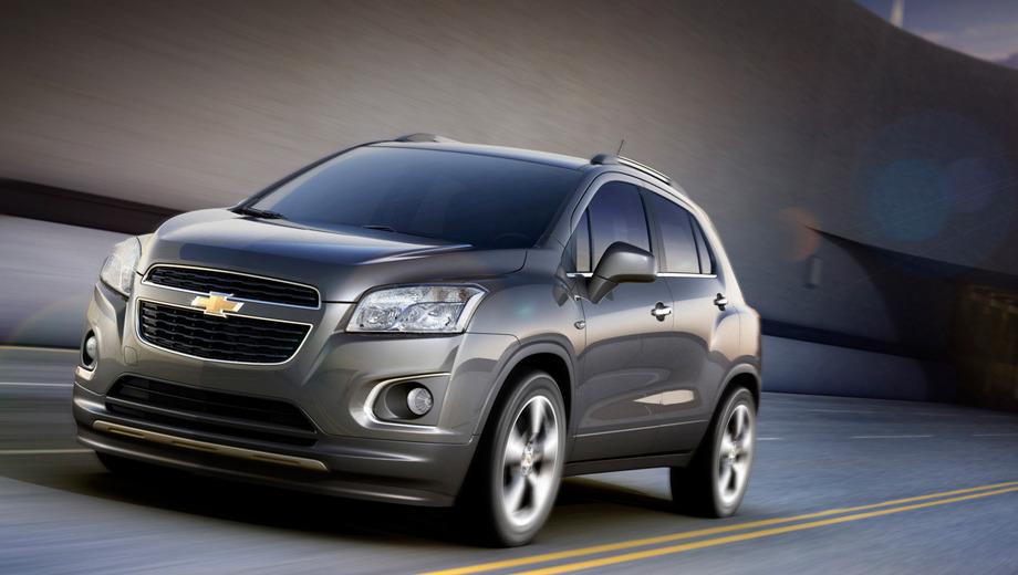 Chevrolet tracker,Chevrolet trax. Кроссовер безошибочно опознаётся как Шевроле (это было видно ещё по патентным рисункам). В то же время новичку удалось дистанцироваться от своих «близняшек» под шильдиками Opel и Buick.