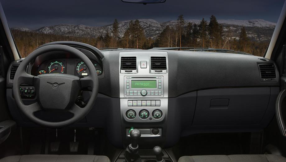 Uaz patriot,Uaz pickup. На центральной консоли поселились модернизированный блок аудиосистемы и иные по форме воздуховоды. Кроме того, обновились и варианты отделки интерьера.