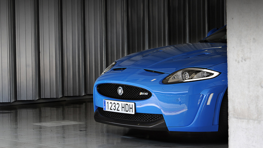 Jaguar xk,Jaguar xkr,Jaguar xkr-s,Jaguar _xk_2012_dt. Товар лицом. Новый имидж двухдверных Ягуаров придётся по вкусу как критикам былой «корейскости», так и сторонникам. Но взгляд топ-модели XKR-S никого не оставит равнодушным.