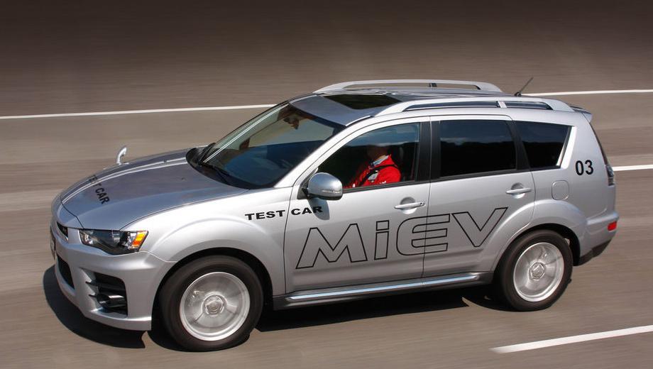 Mitsubishi outlander,Mitsubishi outlander phev. Этот мул — помесь кузова Аута второго поколения и начинки от будущего «подключаемого» гибрида. Кстати, к 2015 году фирма Mitsubishi намерена вывести на рынок восемь электромобилей разных классов.