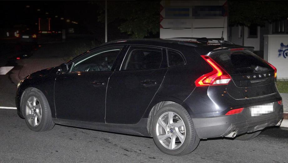 Volvo xc40. Новинка получила увеличенный дорожный просвет и пластиковый защитный периметр по низу кузова. Об иных изменениях, если они есть, будет известно позднее.