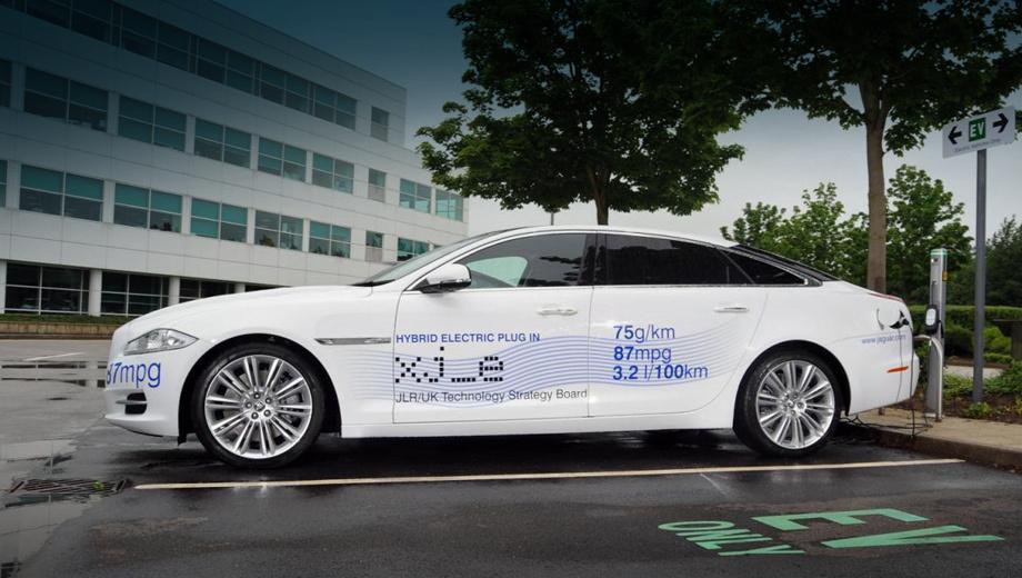 Jaguar xj. Машина, подготовленная к Фестивалю скорости, даже не считается предсерийной, но испытанные на ней решения вполне могут быть применены на будущих конвейерных моделях Ягуара.