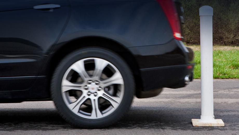 Cadillac srx,Cadillac ats,Cadillac xts. Водителю кажется, что наезд произошёл, а на деле остался запас в несколько сантиметров. Потому система и получила название «Виртуальные бампера».