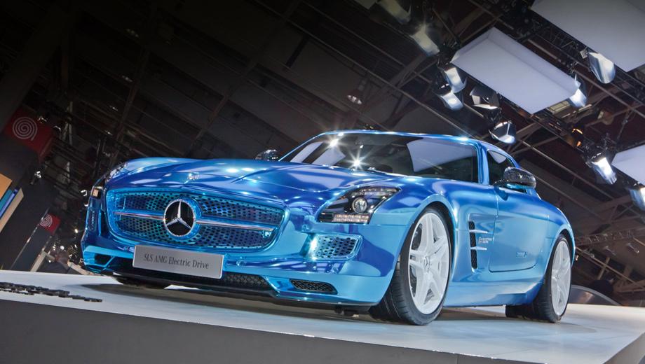 Mercedes sls. При взгляде спереди электромобиль отличается от бензинового SLS AMG бампером и окрашенной в цвет кузова решёткой с «бионическими» отверстиями, которые здесь не только для красоты, но и ради лучшей аэродинамики и правильного прохождения потока воздуха через охлаждающие модули.