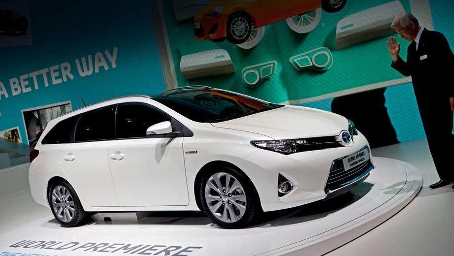 Toyota auris. Внешний вид передка у новых хэтча и универсала идентичны, а зад «вагона» заметно отличается.