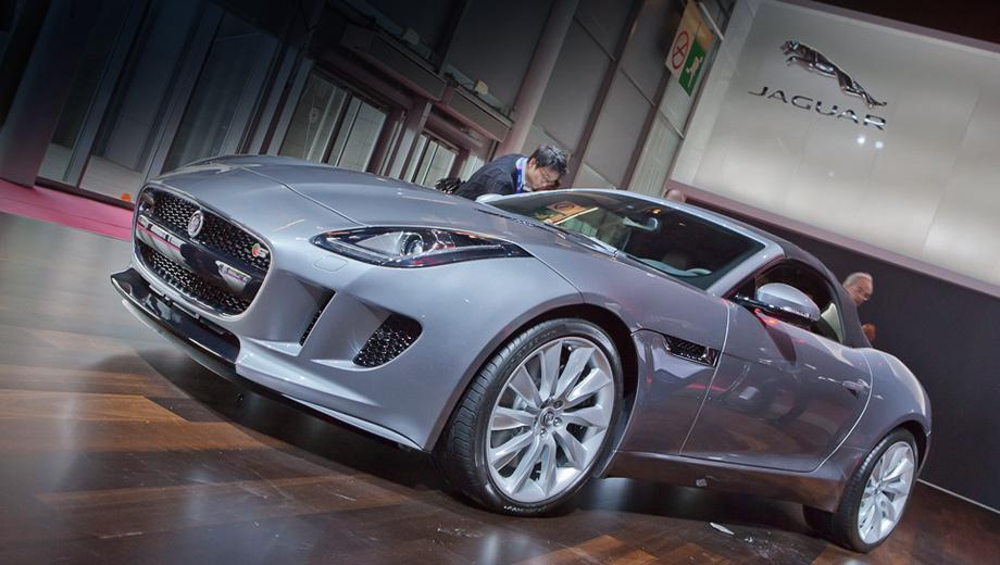 Jaguar f-type. Мягкий верх Ягуара складывается и поднимается за 12 с на скоростях до 80 км/ч. У Бокстера эти показатели равняются девяти секундам и 50 км/ч соответственно.