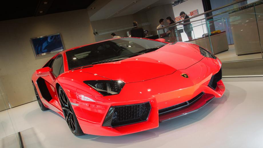 Lamborghini aventador. Полноприводный среднемоторный суперкар сохранил, по сути, свой прежний мотор объёмом 6,5 литра. Но двигатель этот инженеры несколько изменили.