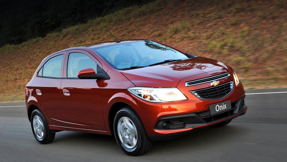 Chevrolet onix. Новичок будет предлагаться в трёх комплектациях — LS, LT и LTZ. Начальная довольно пустая, но уже в ней есть две подушки безопасности и АБС. Помимо этого компания предлагает различные возможности по персонализации хэтчбека за счёт заводского набора аппликаций.