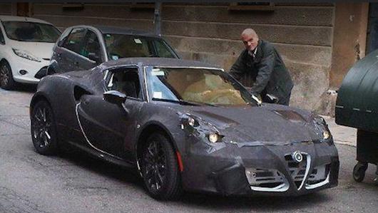 Alfaromeo 4c. На днях шпионеры поймали закамуфлированный образец этой машины на одной из европейских улочек.