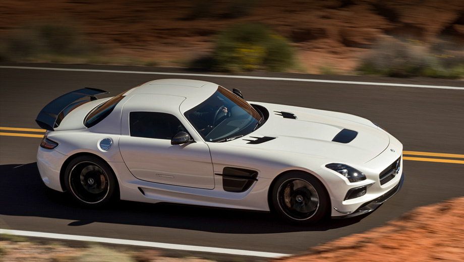 Mercedes sls,Mercedes sls black. Передний сплиттер, карбоновое оперение, отверстие в капоте и воздуховоды в порогах — всё это визуально перекликается с показанным ранее трековым изданием суперкара SLS AMG GT3.