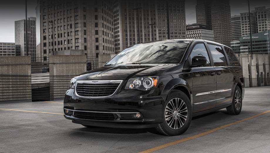 Chrysler town-country,Chrysler town-country s. Спецверсия будет выпущена в цветах Brilliant Black, Deep Cherry Red, Stone White и Billet Silver. Спереди её выделяют решётка с отделкой «чёрный хром» и чёрная окантовка фар. Также потемнел фон на значке Крайслера. Опирается автомобиль на 17-дюймовые полированные алюминиевые диски с чёрными внутренностями.
