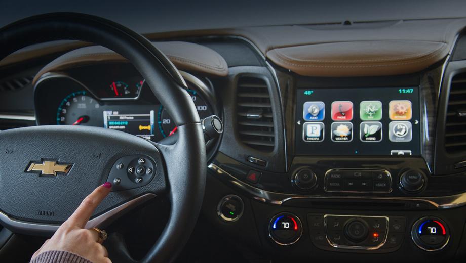 Chevrolet impala. Новая система управляется голосом, через сенсорный экран на центральной консоли, а также кнопками на руле.
