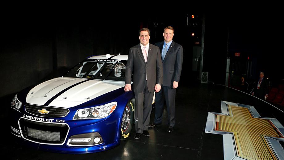 Chevrolet ss. NASCAR Chevrolet SS представили президент североамериканского отделения General Motors Марк Ройс (слева) и вице-президент спортивного крыла GM Джим Кэмпбелл.