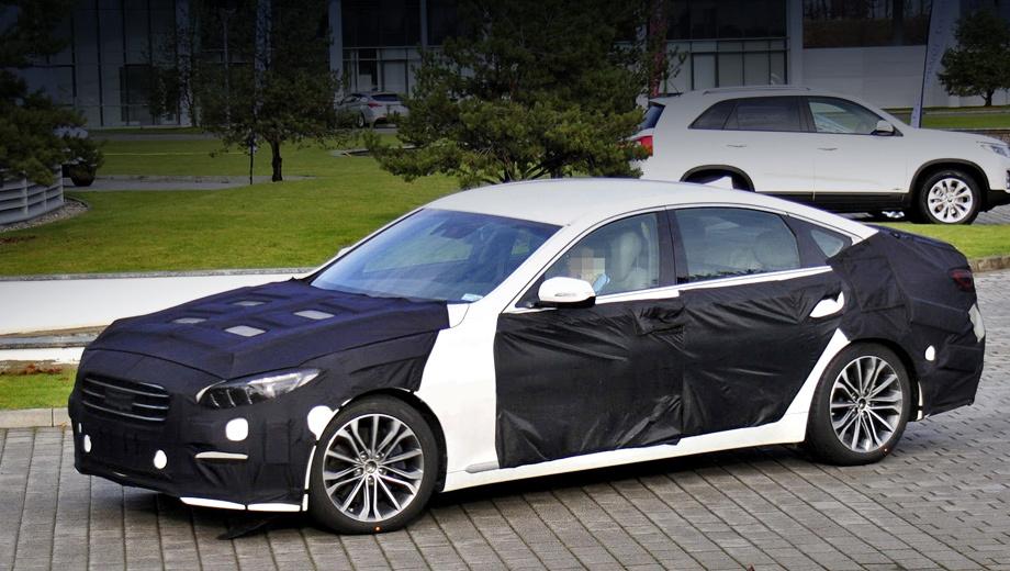 Hyundai genesis. Четырёхдверка получит модернизированные фары головного света со светодиодными секциями.