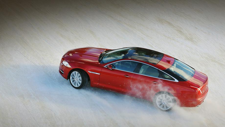 Jaguar xf,Jaguar xj. В дни, когда проводилась официальная фотосъёмка, столбик термометра показывал 27 градусов ниже нуля. Зато и снег был плотный, и лёд крепкий. Но когда на полигон приехали мы, температура поднялась до +1.