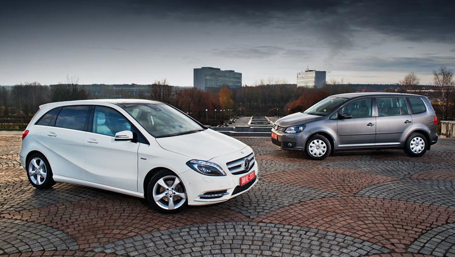 Mercedes b,Volkswagen touran. Компактвэны Mercedes B-класса и Volkswagen Touran — словно на разных берегах одной реки. Один создан для тех, кому практичность нужна в качестве дополнения, а другой приглянется тем, кого она интересует в роли фундаментальной составляющей.