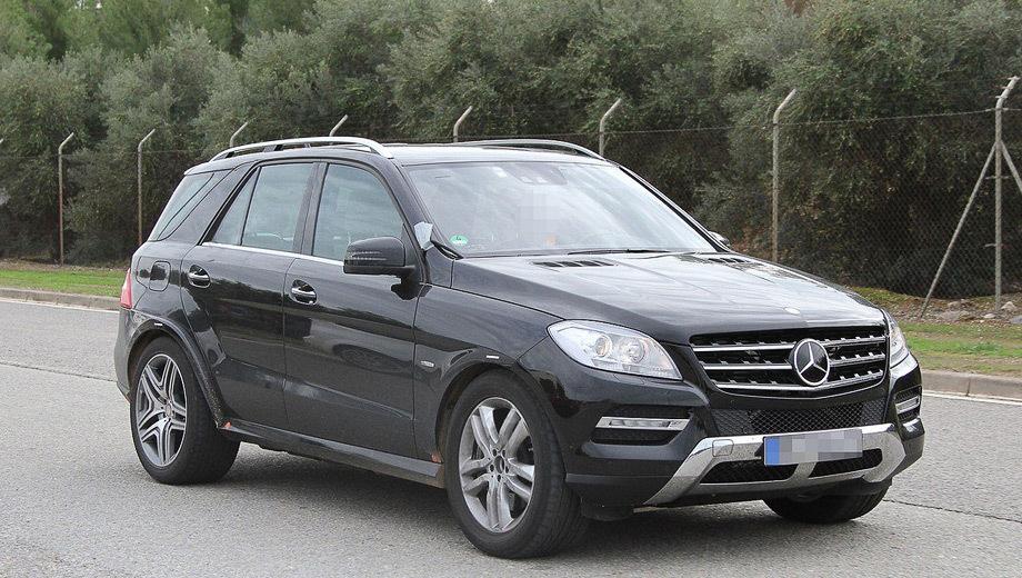 Mercedes mlc. По сравнению с Мерседесом ML, Mercedes MLC получит заниженное шасси с перенастроенными элементами подвески в сторону большей плотности. Мула выдают низко посаженный кузов и расширенные задние арки.