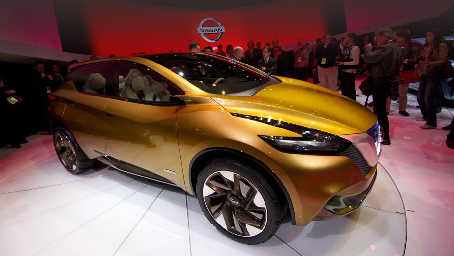 Nissan resonance. Оформление передней части паркетника его авторы называют V-Motion. Струящиеся линии решётки радиатора, капота и фар призваны передать зрителю такие качества машины, как обтекаемость, лёгкость и в то же время защищённость.