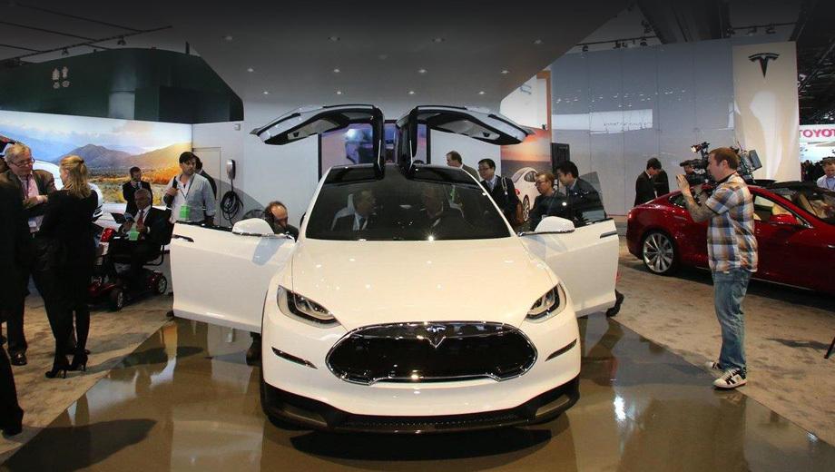 Tesla model x. Семиместный паркетник сохранил задние двери типа «крылья чайки», продемонстрированные ещё в первом прототипе.