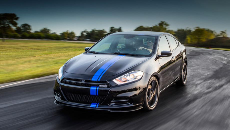 Dodge dart. Глянцево-чёрный кузов с парой синих полос вдоль всего автомобиля и 18-дюймовые чёрные колёса подчёркивают спортивный характер модификации.