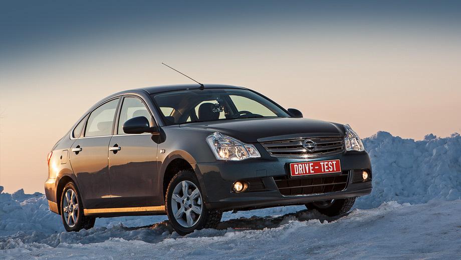 Nissan almera. Автомобиль, по размеру стоящий на стыке C- и D-классов, который дешевле многих машин в B-классе, — это и есть идеология новой Альмеры. Подобное решение нынче имеется только у компании Peugeot, но седан 408 чуть больше и всё же заметно дороже.