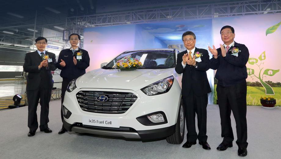Hyundai ix35 fuel cell,Hyundai ix35. «Конвейерное производство автомобиля на топливных ячейках является важной вехой в истории автомобильной промышленности не только в Корее, но и во всём мире, — заявил Ман Ву Парк, мэр города Ульсан (на снимке — третий слева). — Предоставляя больше водородных заправочных станций, мы сделаем Ульсан ориентиром в области экологически чистых автомобилей».