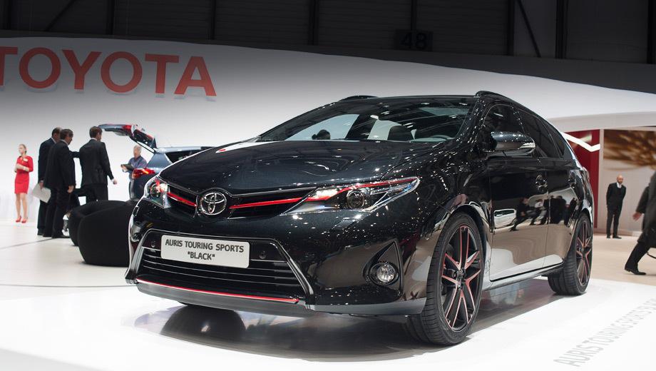 Toyota auris,Toyota auris ts,Toyota rav4. Чёрный «металлик» с несколькими красными акцентами, в том числе красными 19-дюймовыми колёсными дисками, должен передать сочетание двух слов «спорт» и «премиум». Тонированные задние фонари, хромированные выхлопные патрубки и тёмное остекление тоже набивают цену данной модификации.