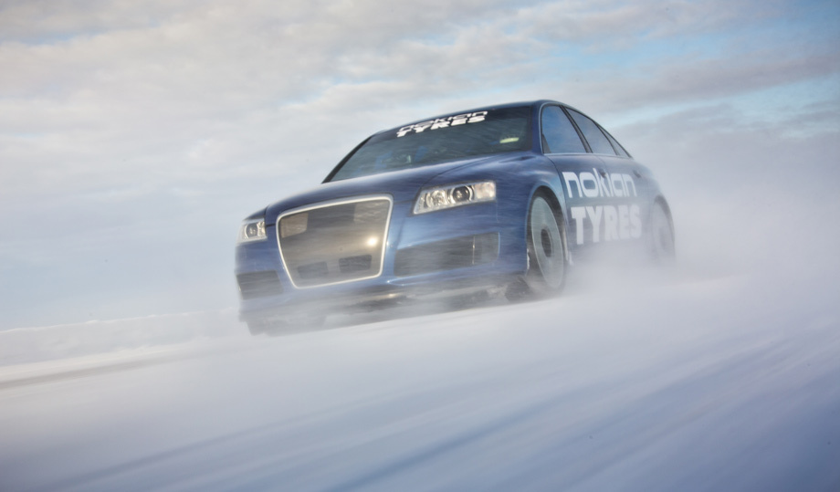 Фирма Nokian обновила рекорд скорости на льду при помощи Audi RS6