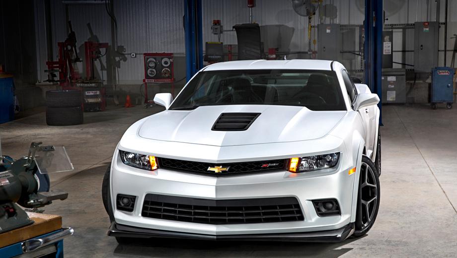 Chevrolet camaro,Chevrolet camaro ss,Chevrolet camaro z28. Спереди Chevrolet Camaro Z/28 отличается решёткой радиатора с соответствующим шильдиком и бампером со сплиттером. А ещё у купе нет противотуманных фонарей — их убрали для снижения массы машины.