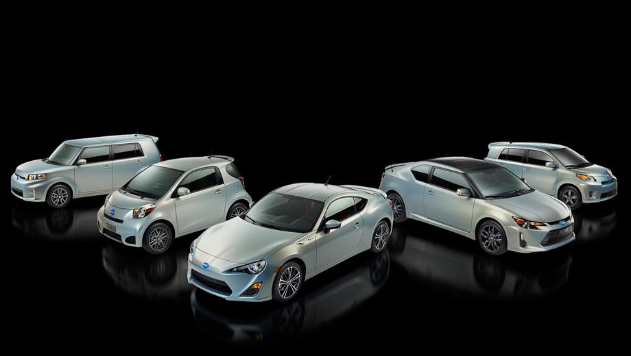 Scion xb,Scion fr-s,Scion iq,Scion tc,Scion xd. На этом групповом фото — все модели бренда Scion в спецверсии, посвящённой десятилетию марки. Среди них есть и купе tC, только что получившее рестайлинг.