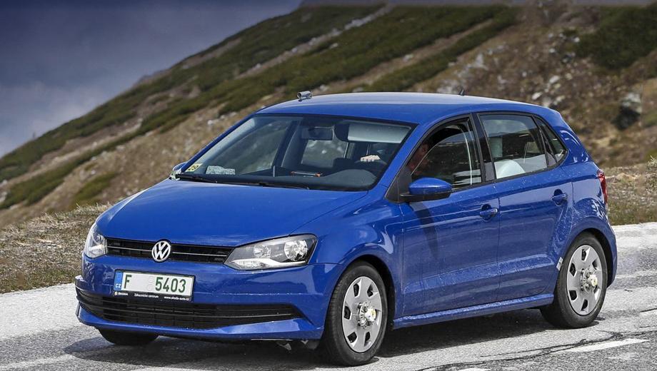 Volkswagen polo. При взгляде анфас обновлённую версию можно распознать по чуть иному разрезу нижнего воздухозаборника.