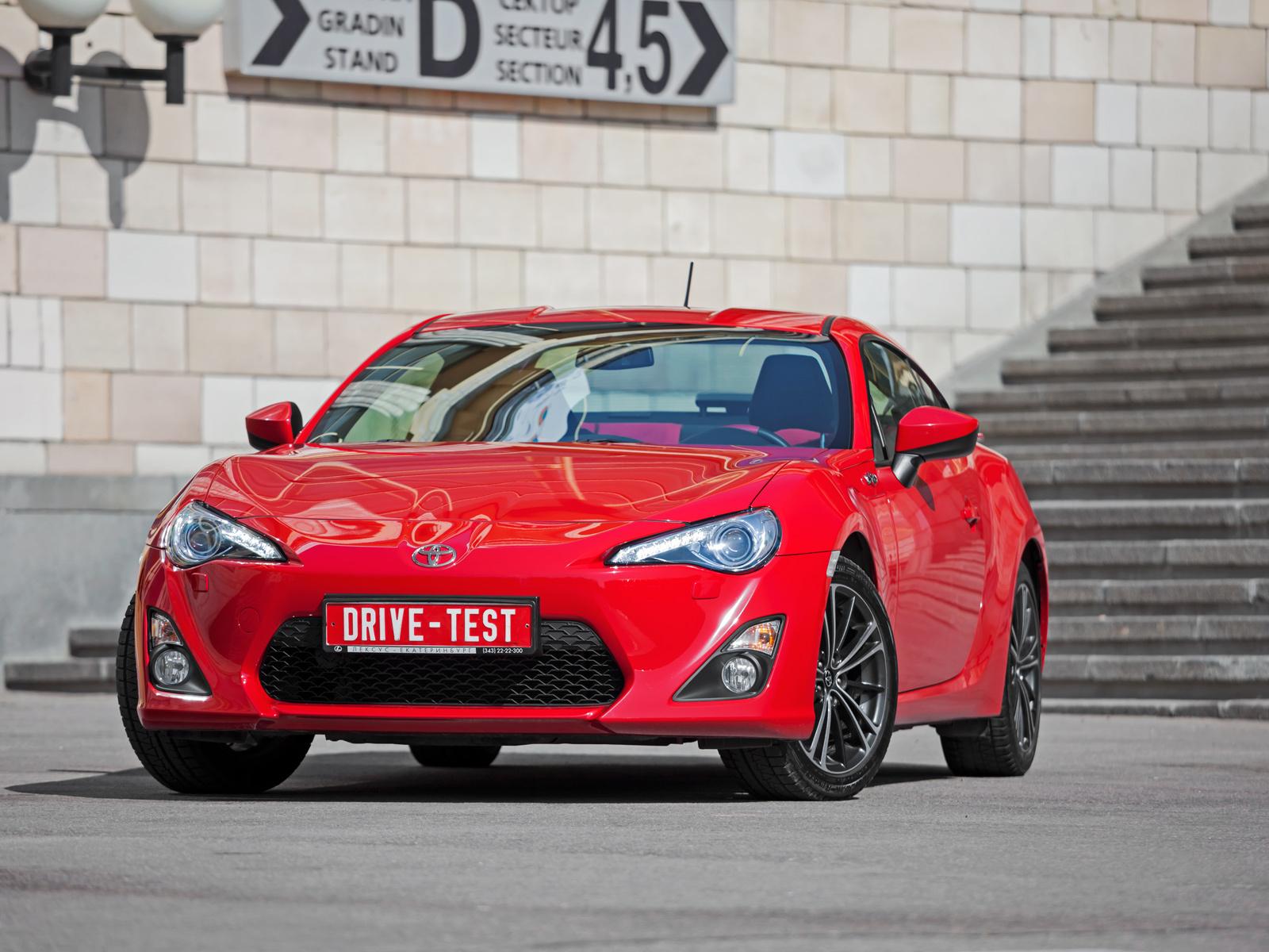 Считаем голы в споре двухдверок Toyota GT86 и Hyundai Genesis Coupe