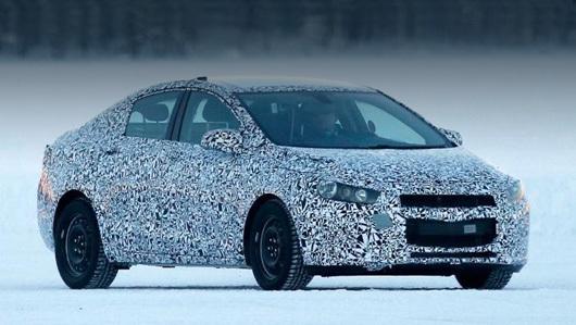 Chevrolet cruze. Первый прототип нового Круза был замечен фотографами ещё зимой. Ожидается, что семейство стартует с седана, позже к нему присоединятся хэтч и универсал.