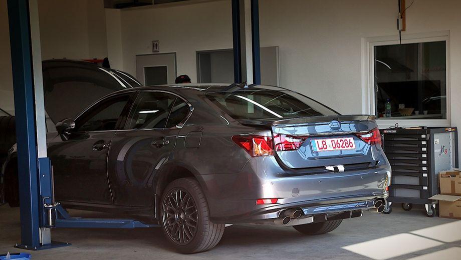 Lexus gs,Lexus gs f. «Заряженным» Lexus GS F будет только на фоне других «джи-эсов», но, предположительно, его отдача будет немногим больше, чем у таких седанов, как Mercedes E500 (408 л.с.), Audi S6 (420) и BMW 550i (449).