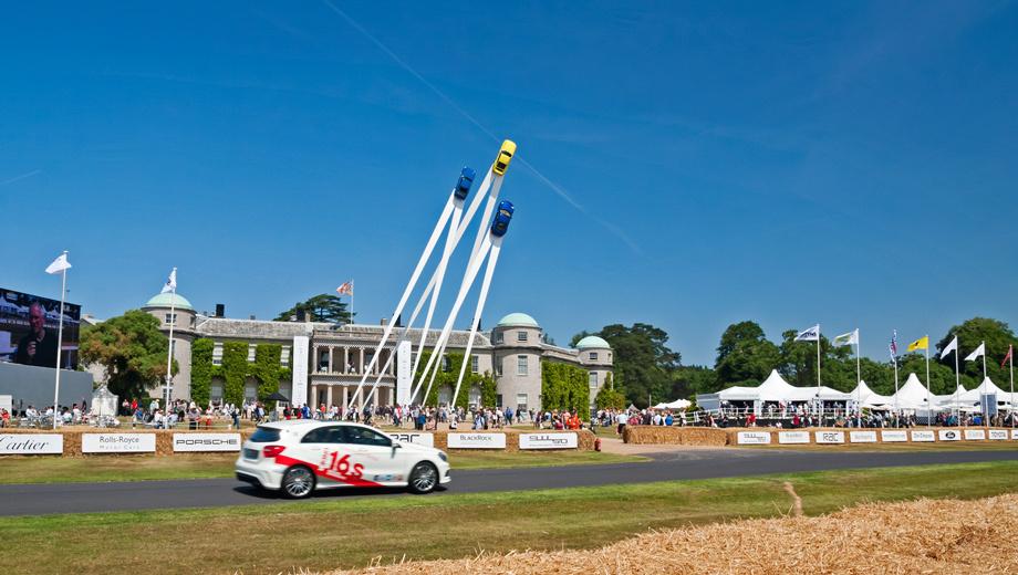 Porsche 911. В этом году Гудвудский фестиваль скорости проводился с 11 по 14 июля. Центральным событием стало 50-летие легендарного Porsche 911. Тематическую скульптуру высотой 35 метров украсили оригинальный «девятьсот одиннадцатый» образца 1963 года, модели 911 Carrera RS 2.7 (1973) и 911 Carrera 4 (2012).