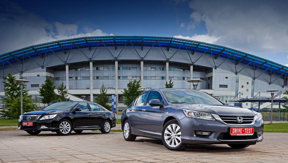 Honda accord,Toyota camry. За первые шесть месяцев 2013 года Toyota продала в России 16 257 седанов Camry. Из них на версии 2.5 пришлось 10 786 штук, а на 2.0 и 3.5 — 3361 и 2110 соответственно. А вот Honda за тот же период реализовала 1446 Аккордов. Из них 1348 — с мотором 2.4.